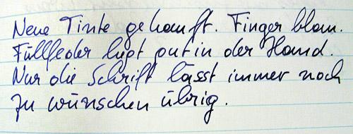 Neue Tinte gekauft. Finger blau. Füllfeder liegt gut in der Hand. Nur die Schrift lässt immer noch zu wünschen übrig.