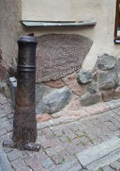 Kanonenrohr und Runenstein