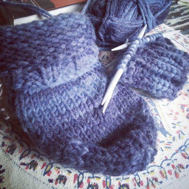 Hauspatscherln am Werden. #stricken #knitting #blue
